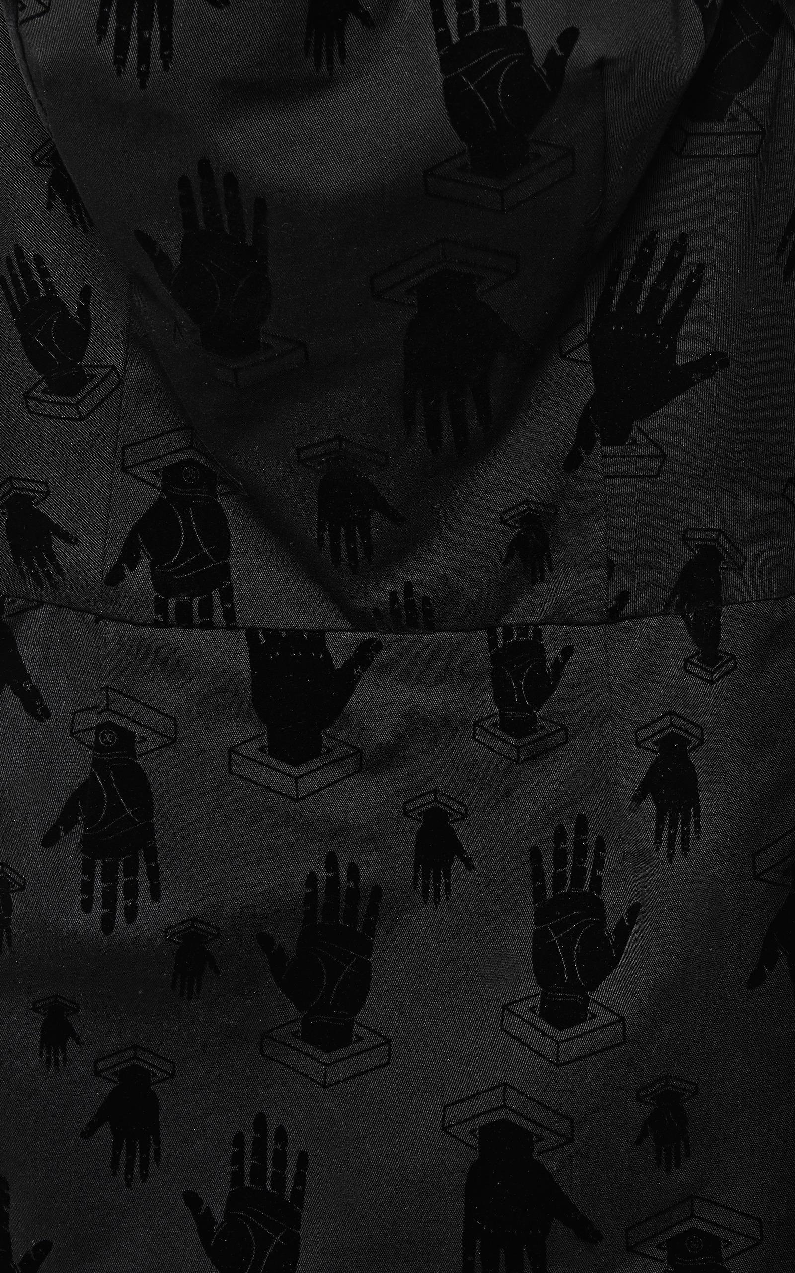White apron black hands - Full Screen